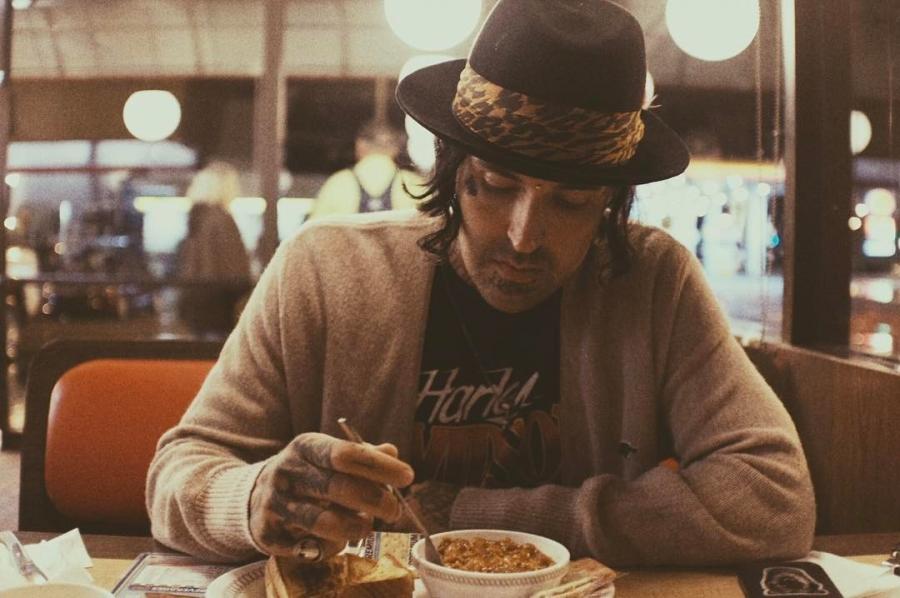 Yelawolf опубликовал в инстаграме много фотографий с недавней вечеринки его друга Rambo Cambo, а также с подготовки своего магазина к открытию