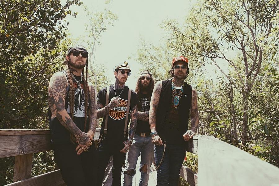 Yelawolf с своей командой продолжил свой апрельский кутёж вместе Kid Rock'om, но уже в рамках фестиваля под названием «Kid Rock's Chillin' the Most Cruise».