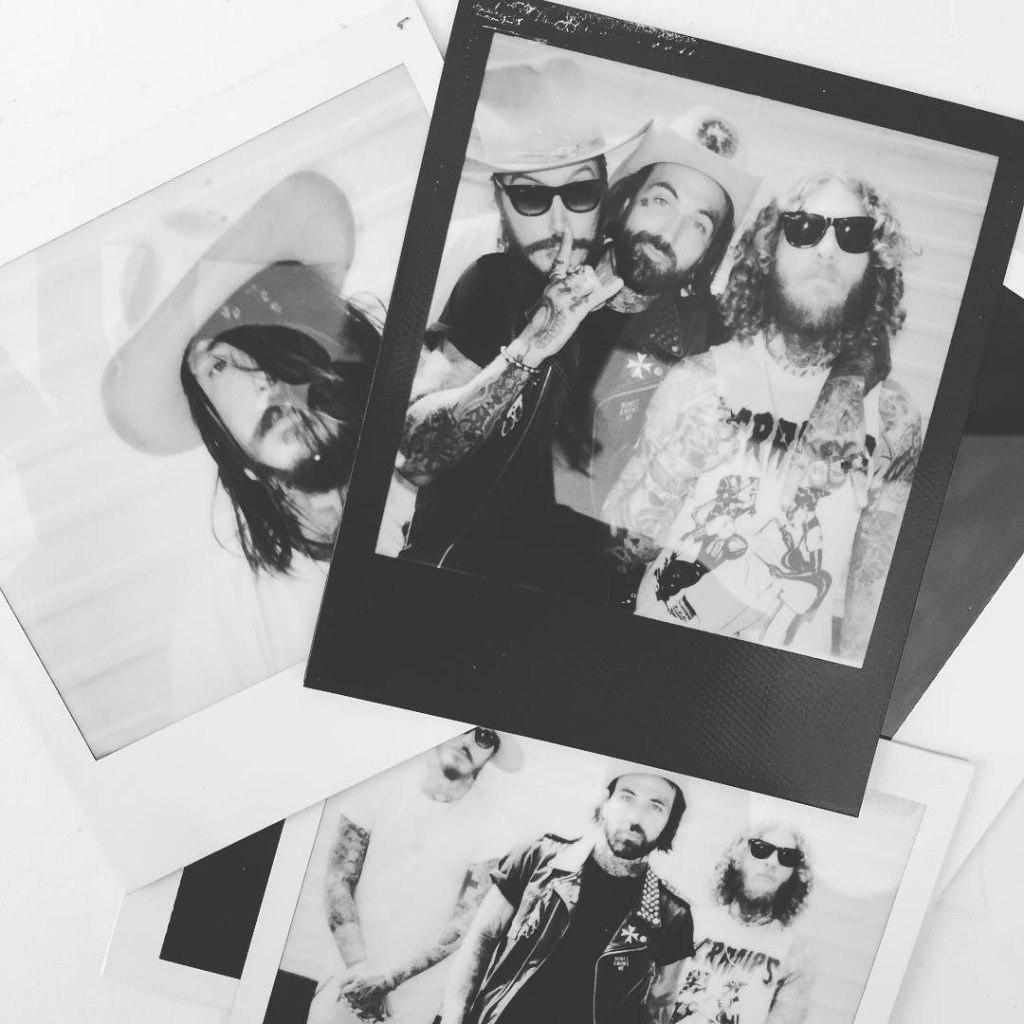 Фотограф Daniil Lavrovski сделал отличную Polaroid-фотосессию Yelawolf'a, Bones Owens и DJ Klever